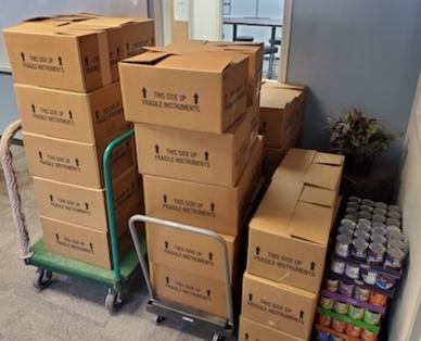 Pendant tout le mois de novembre, les halls et les aires d'entreposage du siège social de Lawrenceville ont débordé d'aliments non périssables donnés.